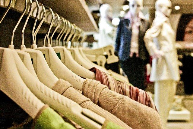 stort sortiment av kläder